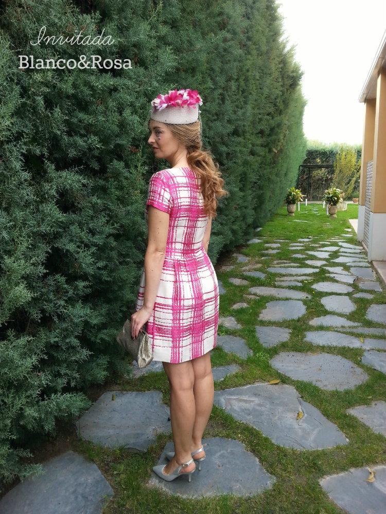Invitada de boda en blanco y rosa