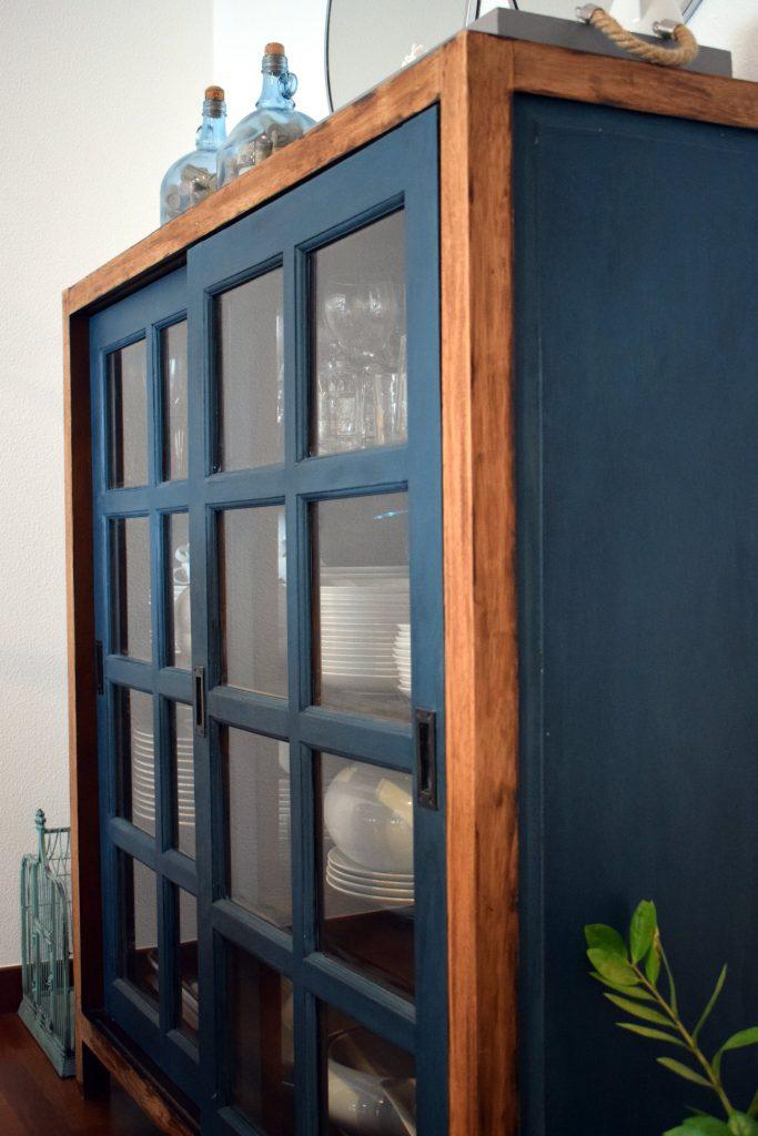 Vitrina de madera y azul restaurada