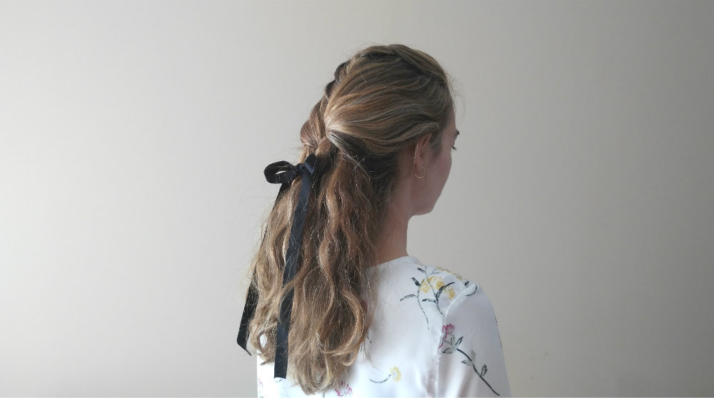 Peinado semirecogido trenzado lazo negro