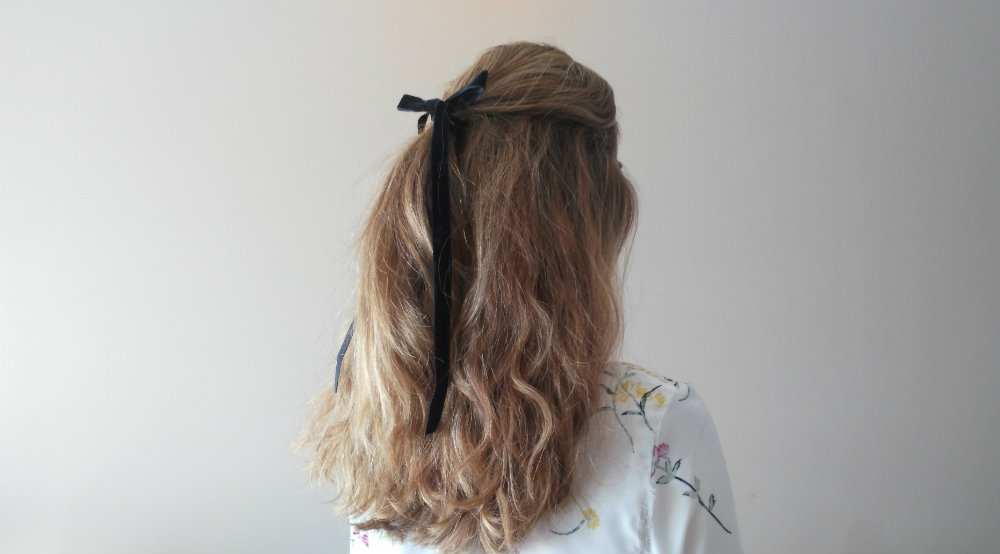 Peinado semirrecogido alto lazo negro