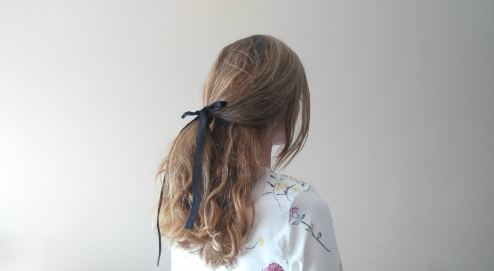 peinado semirrecogido bajo lazo negro